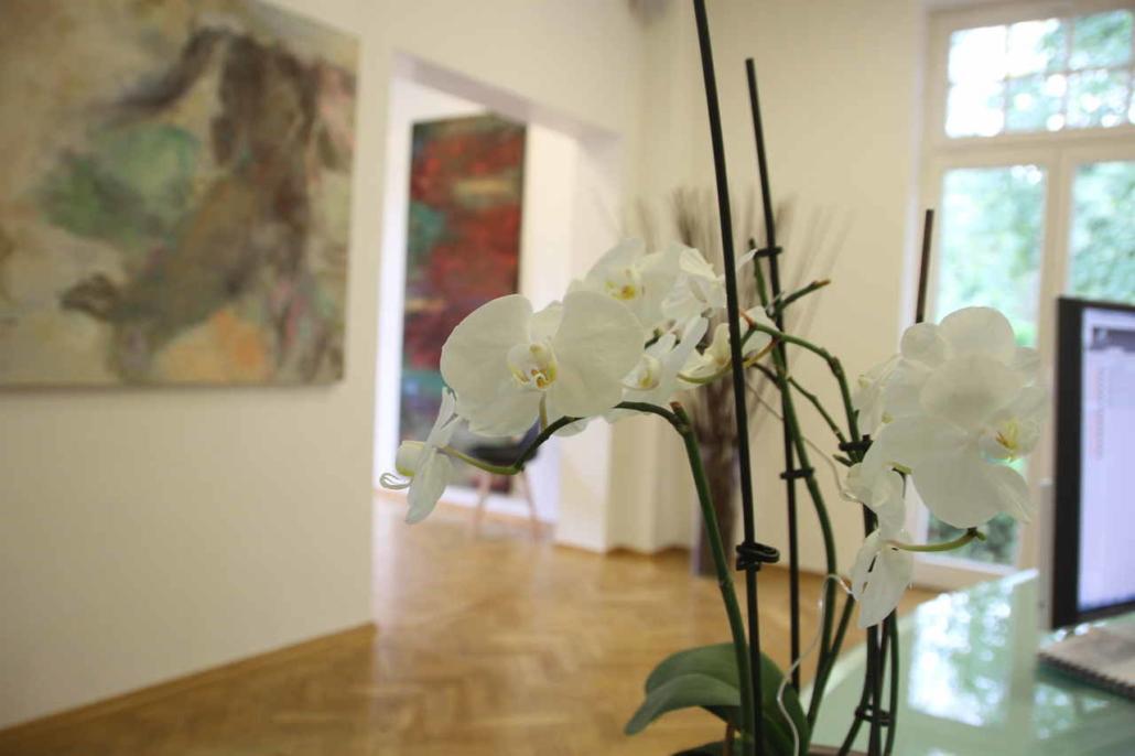 Blumen am Empfang der Dental Praxisklinik